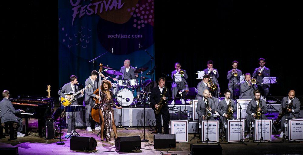 Игорь Бутман (в центре), Московский джазовый оркестр и вокалистка Фантини