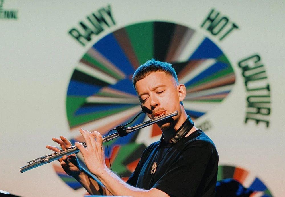 Азат Гайфуллин играет не только на альт-саксофоне, но и на флейте. С.-Петербург, 4 сентября 2021