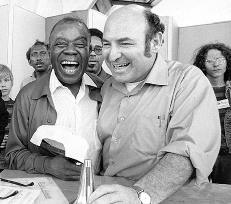 Джордж Уэйн (справа) и Луи Армстронг. Ньюпорт, 1970. Позади — трубачи Джо Ньюман и Диззи Гиллеспи.